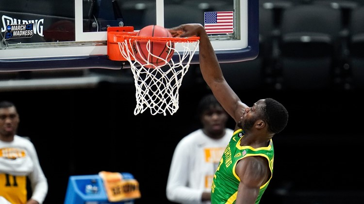 Oregon men's basketball team soars past Iowa 95-80 into Sweet 16