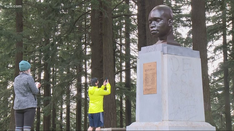 New statue mysteriously appears at Portland park