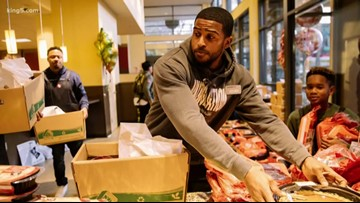 Seahawks' Bobby Wagner buys Thanksgiving groceries for Seattle Safeway customers